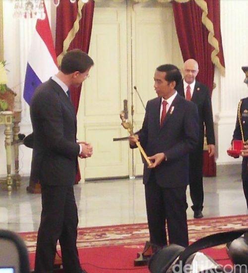 Beri Keris ke Jokowi, PM Rutte