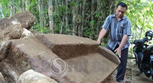 Salah satu batuan candi yang ditemukan pekerja …