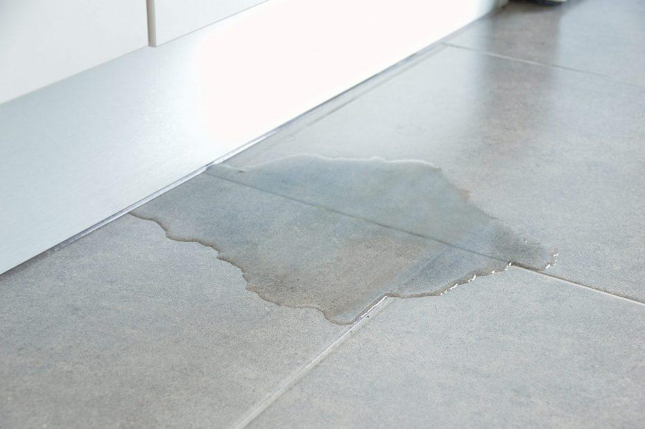 can you lay tiles onto damp concrete
