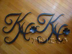 イニシャルKNと四葉のクローバーのアルミ製妻飾り