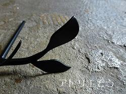 葉のモチーフの流れるような曲線のおしゃれな表札の写真