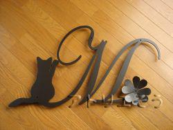 オーダーメイドでデザイン制作したイニシャルMと招き猫のアルミ製妻飾りの写真です
