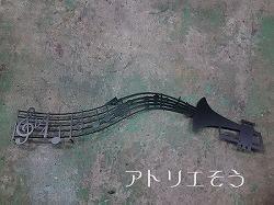 アトリエそうデザイン制作のオーダーメイド妻飾りです。五線譜にト音記号と音符を奏でたロートアイアン風ステンレス製妻飾りです。