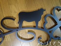 アトリエそうオーダーメイドデザイン制作の牛とクローバーのモチーフの妻飾りが出来上がりました。ロートアイアン風の錆に強いアルミ製妻飾りです。