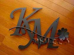 イニシャルKMと四葉のクローバーのアルミ製妻飾り