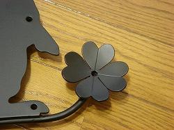 うさぎと四葉のクローバーを素敵に組み合わせてデザインしたおしゃれで人気のロートアイアン風アルミ製オーダー妻飾りの写真