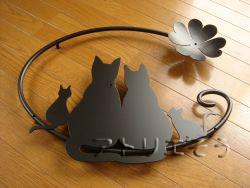 ロートアイアン風錆に強いステンレス製4匹の猫と四葉のクローバーをモチーフにした素敵な妻飾りの写真