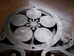 丸に梅鉢家紋妻飾り 。和風の妻飾りです。