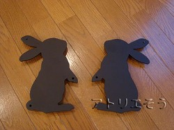 向き合った2匹のうさぎ妻飾り。ロートアイアン風錆に強いアルミ製妻飾りです。