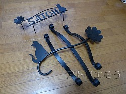 猫+クローバー表札ロートアイアン風錆に強いステンレス製表札とアルミ製猫のワンポイント妻飾りです。