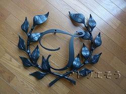 アトリエそうオリジナルデザインのアルミ製妻飾りです。おしゃれで人気のロートアイアン風アルミ製オリジナル妻飾りFタイプにイニシャルTのモチーフを加えた妻飾りの写真