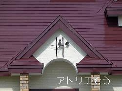 オリジナル妻飾りDタイプと猫を組み合わせてデザインしたおしゃれで人気のロートアイアン風アルミ製オーダー妻飾りの設置写真