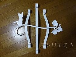 32-猫妻飾り 。おしゃれで人気のロートアイアン風アルミ製オリジナル妻飾りHタイプ白塗装にかわいい猫のモチーフを加えた妻飾りの写真