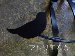 アトリエそうオリジナルデザイン制作の妻飾りです。おしゃれで人気のロートアイアン風アルミ製オリジナル妻飾りCタイプにかわいい小鳥のモチーフを加えた素敵なデザインです