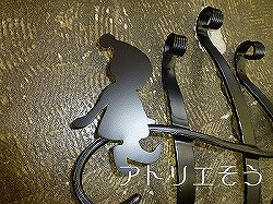 アトリエそうオリジナルデザインのアルミ製妻飾りです。おしゃれで人気のロートアイアン風アルミ製オリジナル妻飾りHタイプにかわいい小人とクローバーのモチーフを加えた妻飾りの写真