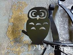 ふくろう妻飾り 。おしゃれで人気のロートアイアン風アルミ製オリジナル妻飾りCタイプにふくろうを組み合わせた素敵なデザインです。