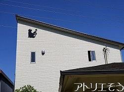 猫のしっぽがト音記号のアルミ製妻飾りの設置写真