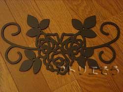 たくさんの薔薇を素敵に組み合わせてデザインしたおしゃれで人気のロートアイアンインフォメーション案内板の写真