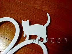 アトリエそうオリジナルデザイン制作の妻飾りです。おしゃれで人気のロートアイアン風アルミ製オリジナル妻飾りAタイプにかわいい猫のモチーフを加えた素敵なデザインです