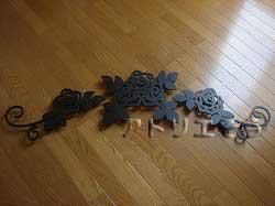 たくさんの薔薇を素敵に組み合わせてデザインしたおしゃれで人気のロートアイアン風アルミ製オーダー妻飾りの写真