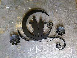 うさぎと月と四葉のクローバー妻飾り。ロートアイアン風錆に強いステンレス製妻飾りです。