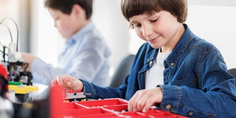 Ateliers encadrés Plus de liberté et d'autonomie dans les ateliers à la carte. Epaulé par un encadrant, chaque enfant choisit une thématique sur sa tablette et récupère son kit. Il progresse à son rythme pour gagner des points d'expérience.