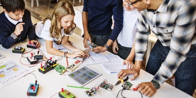 SCIENCE Electronique De la soudure du plus simple des composants à la fabrication d'un drone en passant par l'impression de son propre circuit imprimé.