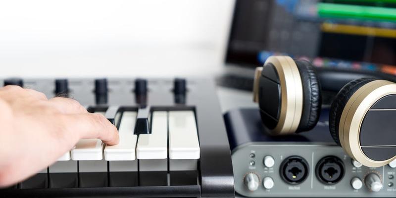 ART Musique et arts du son Bruitage et capture du son, découverte d'instruments insolites, création de sa propre composition musicale, production via logiciel.