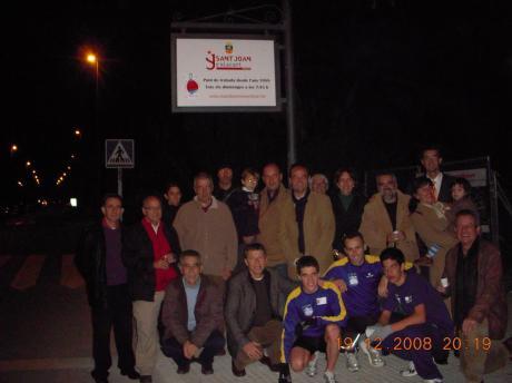 """Acto de descubrimiento de la placa que ha puesto el Ajuntament de Sant Joan en el punto de encuentro de """"A to trapo"""" (19-diciembre-2008)"""