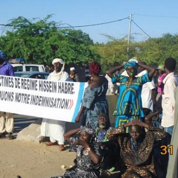Les victimes bloquent du régime Habré la voie publique pour exprimer leur colère