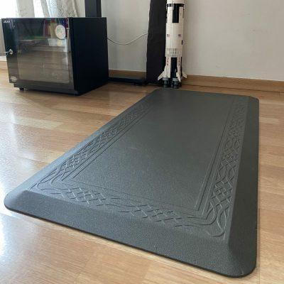 Side view of an anti-fatigue mat