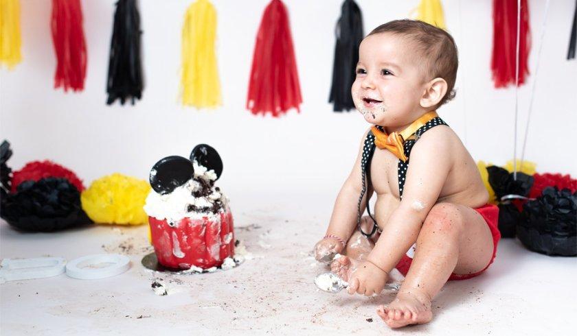 bebe con tarta smash cake mickey mouse