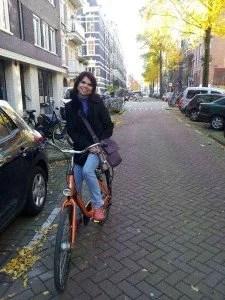 mulher andando de bicicleta em Amsterdam