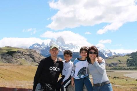 Família feliz com montanhas de El Chaltén ao fundo