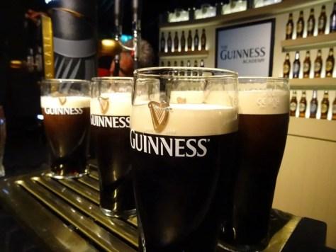 copos de cerveja Guiness