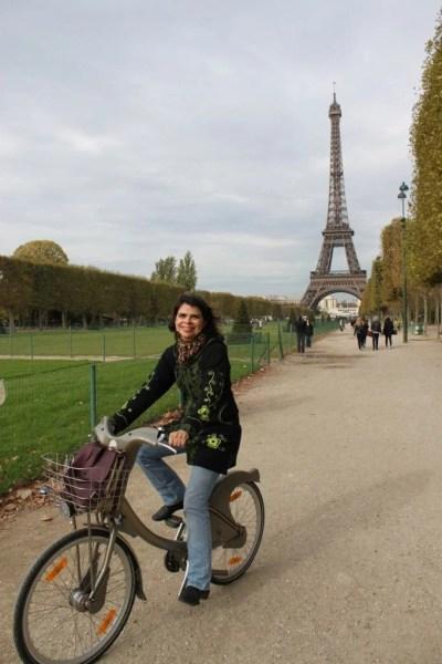 Feliz de pedalar em frente à Torre Eiffel