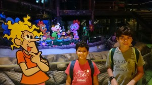 Arthur e Léo com o Louco no Parque da Mônica