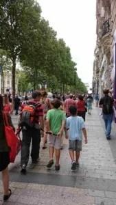 Andar na Champs Elysees também ajuda o TEAM Unicef