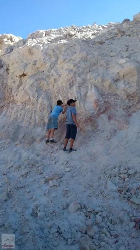 crianças garimpando cristais em Cristalina