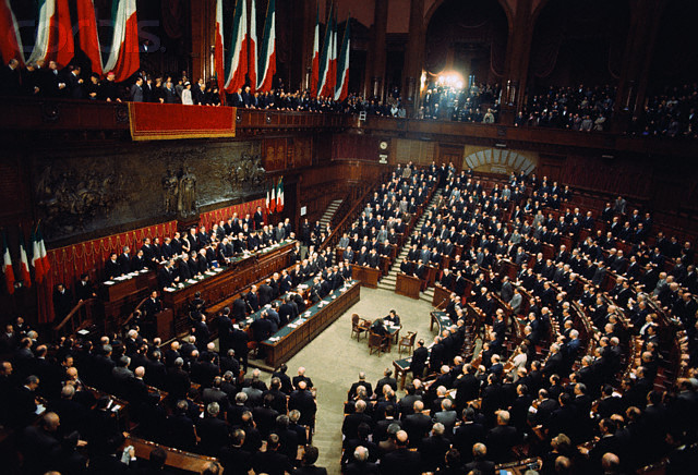 https://it.wikipedia.org/wiki/File:Parlamento_Italiano_Giuramento_di_Giovanni_Leone.jpg