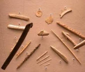 Fig. 3 – Si tratta di un campionario di utensili paleolitici dell'uomo sapiens.