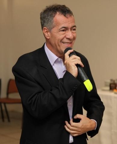 Governista querem que Carlos Alberto seja exonerado, mas diretor de Comunicação é parceiro pessoal do chefe do Legislativo