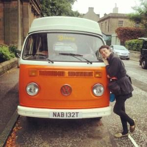 Julie aime Ginny, un vieux combi VW orange qu'elle a vu à Edimburg