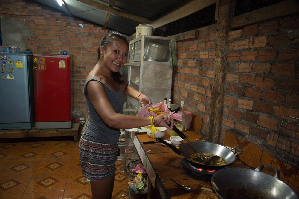 Mimi qui surveille la cuisson des frites à la Belge... au charbon de bois :)