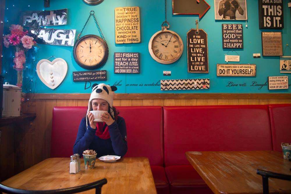 Julie boit un café à Ohakune