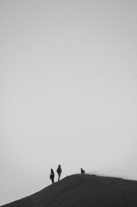 Les crètes de Las Dunas de ConCon en noir et blanc