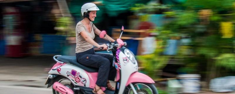 Julie en scooter en Thailande
