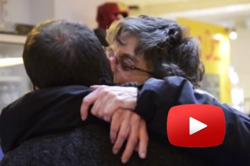 la maman de Michel sert son fils dans ses bras