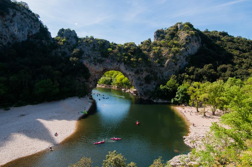 La Grotte ornée ou Grotte Chauvet ne se trouve qu'à quelques centaines de mètres du Pont d'Arc, fréquenté par de nombreux touristes en Kayak ou en maillot