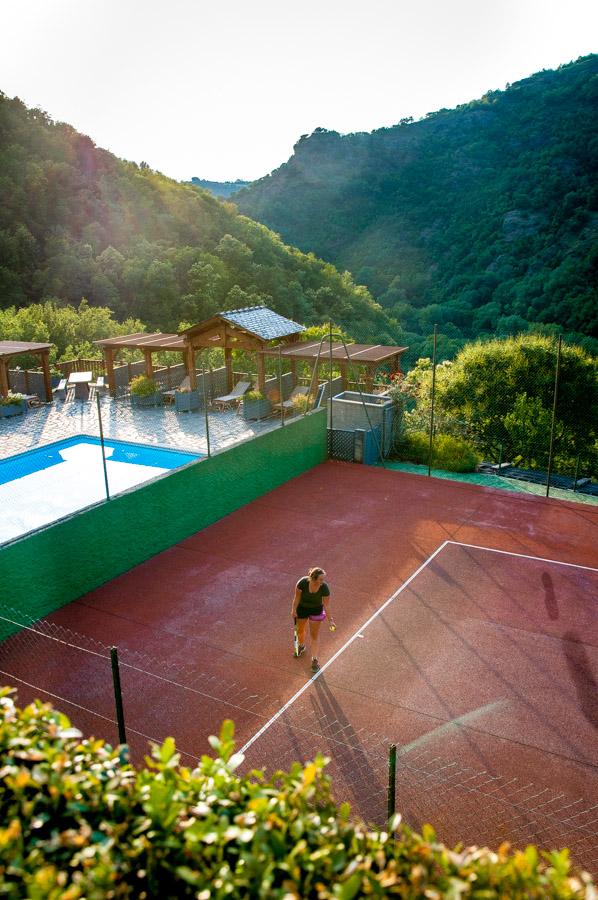 terrain de tennis, piscine et vallée du sidobre